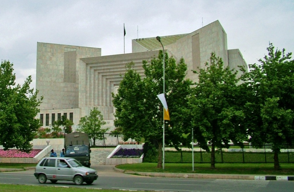 Supreme Court of Pakistan. Photo by Flichr user Guilhem Vellut, Apr. 15, 2005. Used under Creative Commons License.