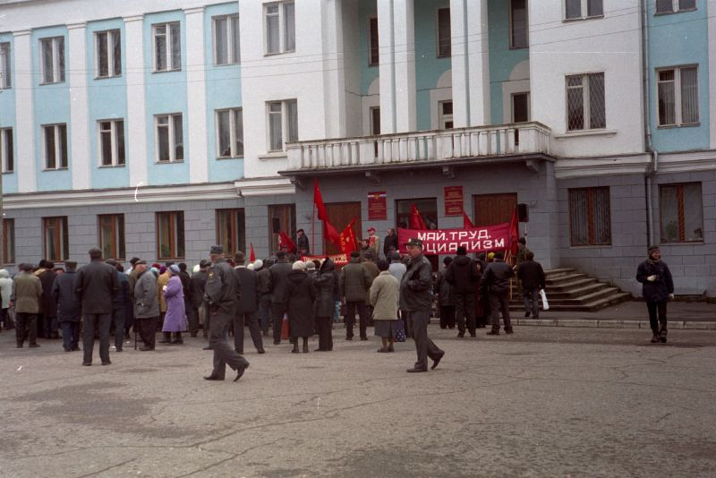 May Day celebration in a provincial Russian town. (Photo by Flickr user Dmitry Adamskiy, May 2, 2007.) Used under Creative Commons License 2.0, https://creativecommons.org/licenses/by-nc-sa/2.0/.