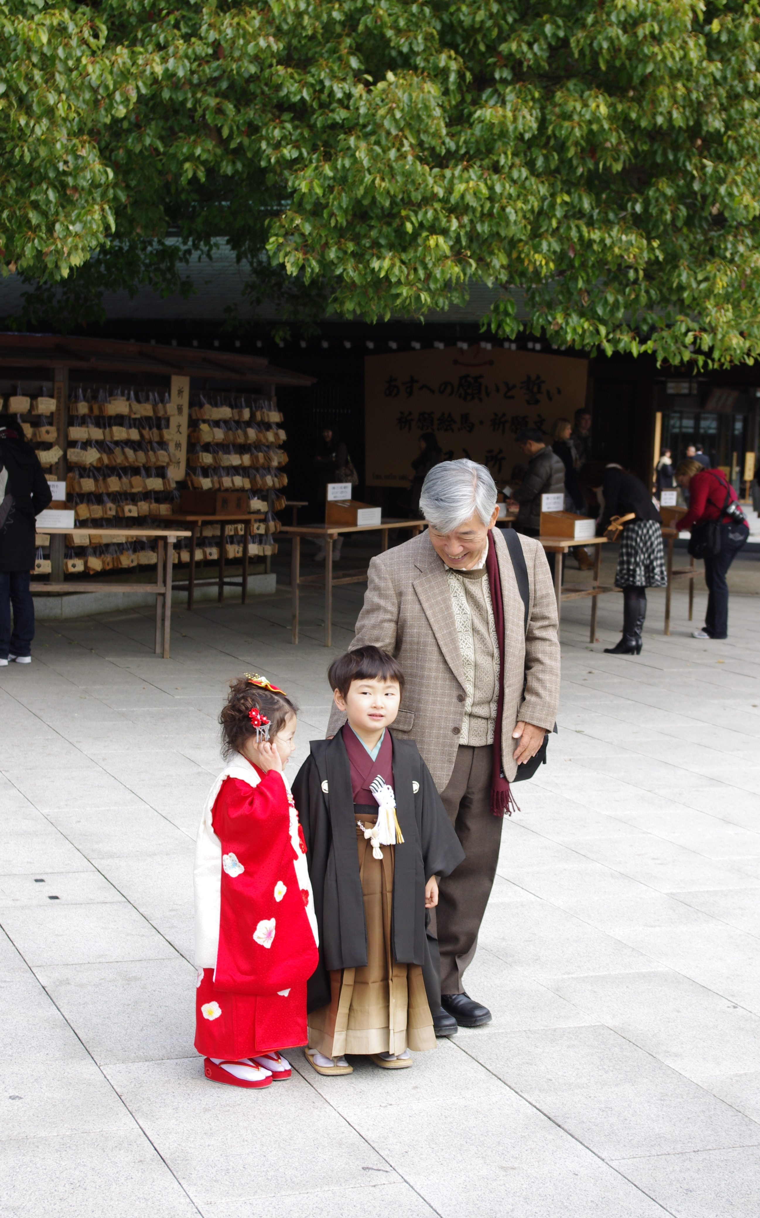 Meijijingu, a family. (Photo by Flickr user huw-ogilvie, Nov. 29, 2009.) Used under Creative Commons License, https://creativecommons.org/licenses/by-nc/2.0/.