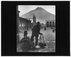 [Plaza and volcano of Antigua Guatemala]. ca between 1899 and 1926. Library of Congress Prints & Photographs Division. //hdl.loc.gov/loc.pnp/ppmsca.50065