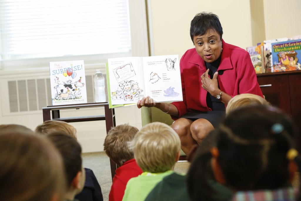 Carla Hayden reads to children in the Young Readers Center on Sept. 16. Photo by Shawn Miller.