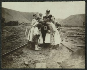 Frances Benjamin Johnston shows children her Kodak camera, circa 1900.