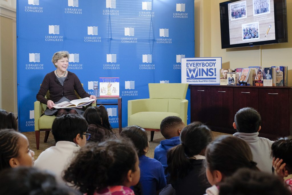Cokie Roberts reads to students in the Young Readers Center. Photo by Shawn Miller.