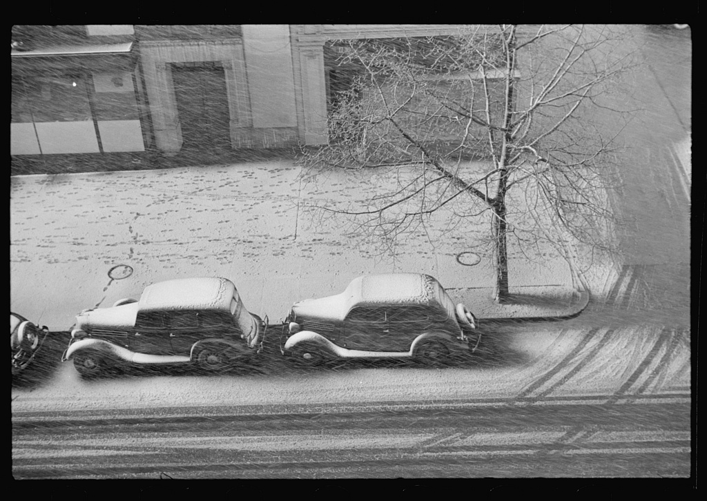 Snow storm, Washington, D.C. Photo by Russell Lee, 1938. //hdl.loc.gov/loc.pnp/fsa.8a22602