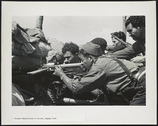 Spain Fighting 2: 5 soldiers aiming gun. Photo by CHIM, 1936. © Estate of David Seymour (CHIM)/Magnum, //hdl.loc.gov/loc.pnp/ppmsca.38033