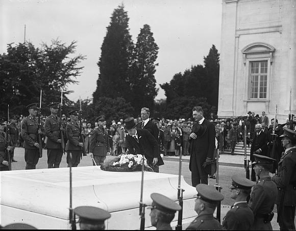President Coolidge pays homage to Unknown Soldier... Photo by Harris & Ewing, 1927 May 30. //hdl.loc.gov/loc.pnp/hec.34487