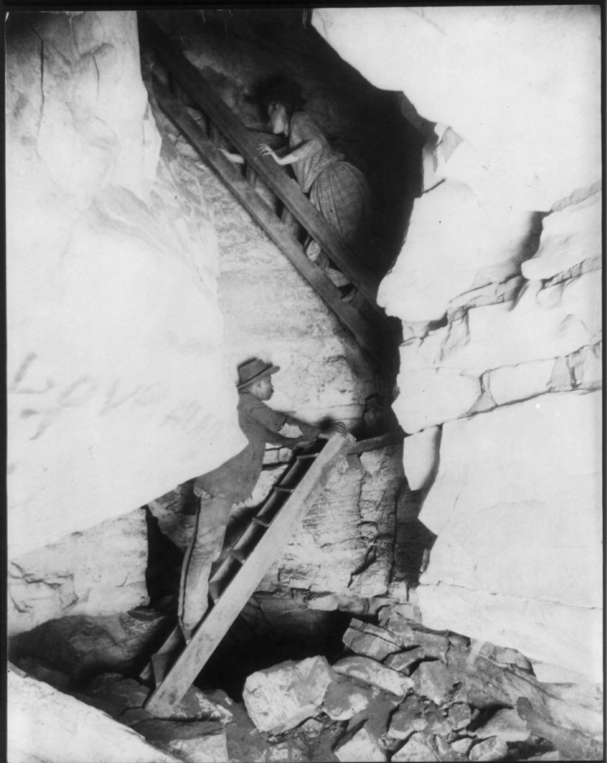 Mammoth Cave, Edmondson, Co., Ky. - Corkscrew. Photo copyrighted by Frances Benjamin Johnston, 1893. //hdl.loc.gov/loc.pnp/cph.3b08114