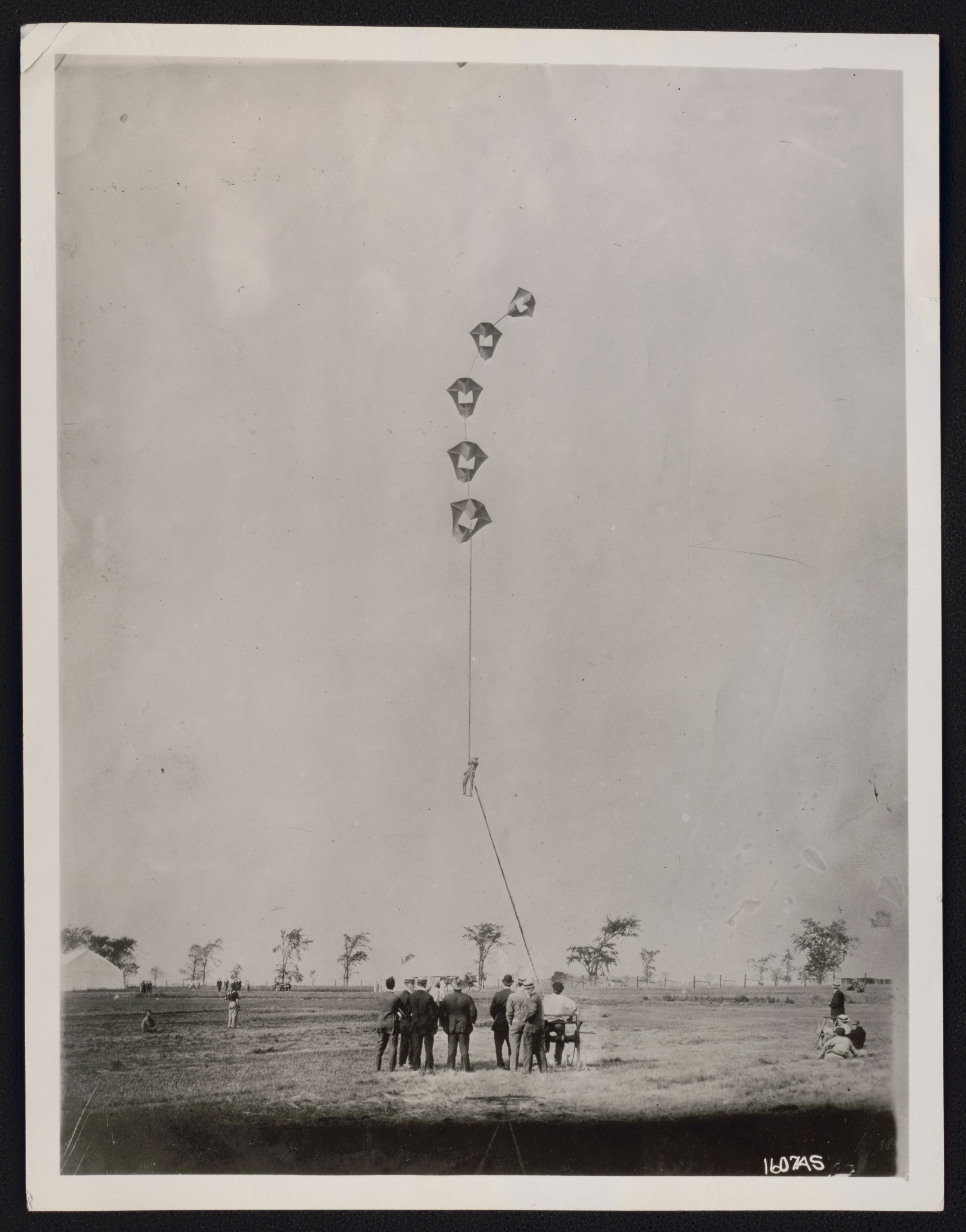 5 Perkins kites holding up a man at the Harvard Aviation Field. Photo, 1910 September. hdl.loc.gov/loc.pnp/ppmsca.51642