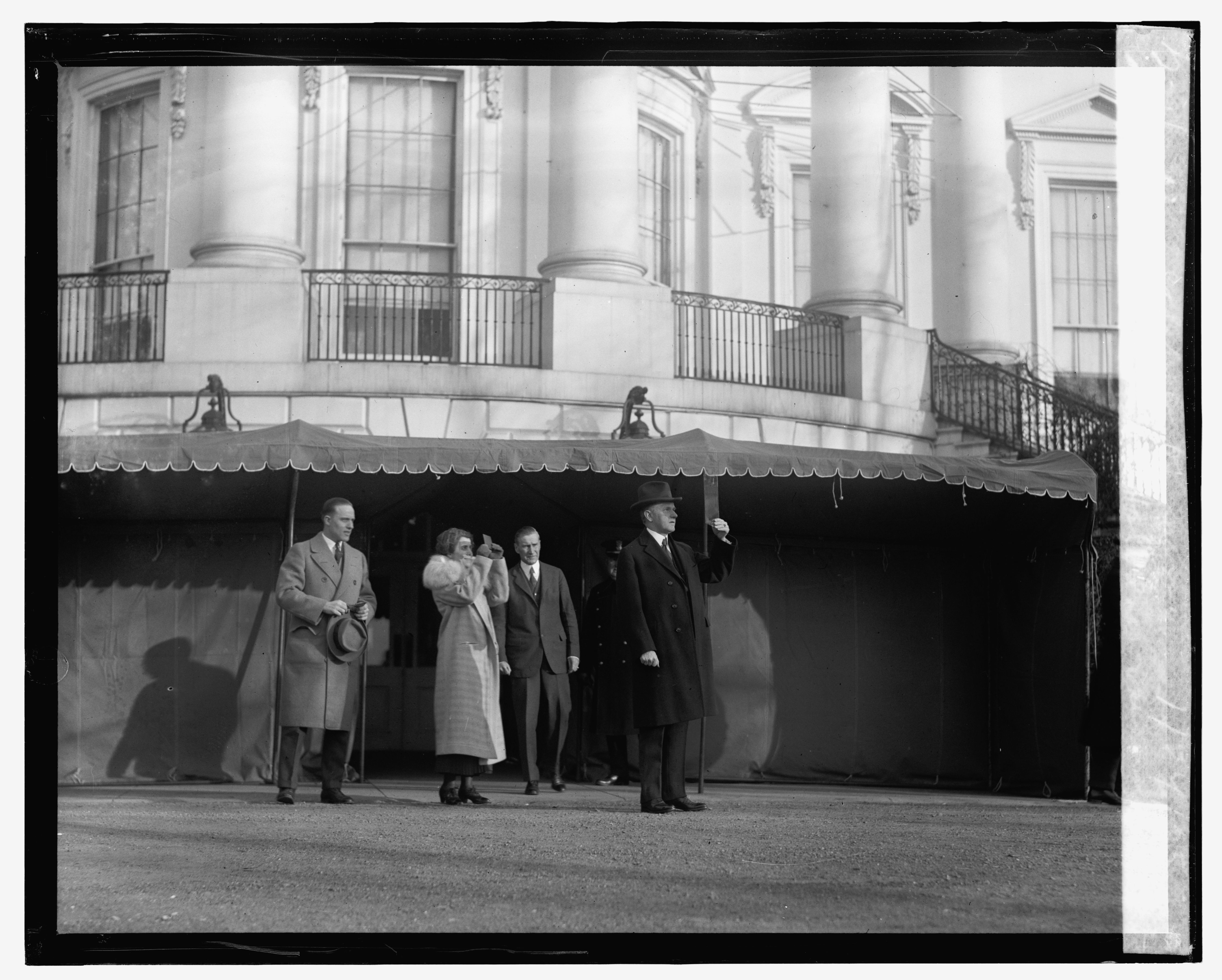 Pres. & Mrs. Coolidge viewing eclipse of sun, 1/24/25. Photo by National Photo Company, [19]25 January 24. //hdl.loc.gov/loc.pnp/npcc.12900