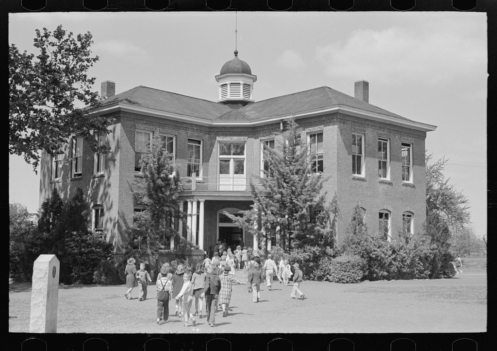 Grade school, San Augustine, Texas. Photo by Russell Lee, 1939 April. //hdl.loc.gov/loc.pnp/fsa.8a25899