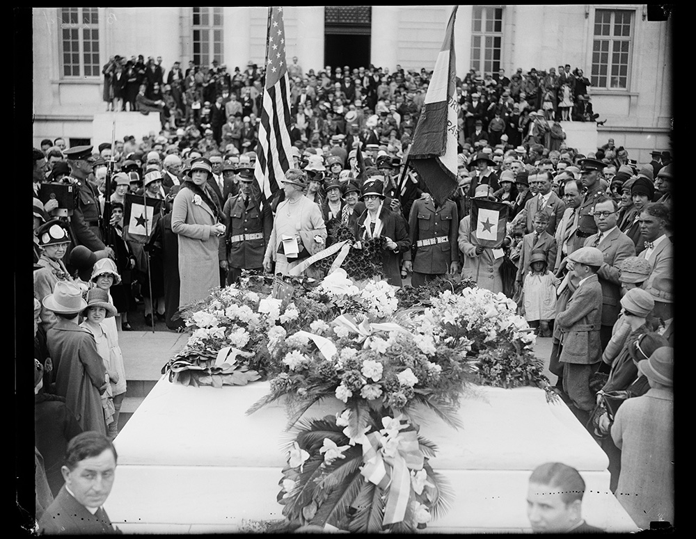 Gold Star mothers at Tomb of Unknown Soldier. Among the thousands of tribute paid at the Tomb of the Unknown Solder in Arlington National Cemetery, Memorial Day, none was more touching than the placing of a wreath by the Country's Gold Star Mothers. Photo by Harris & Ewing, 1927 May 30. //hdl.loc.gov/loc.pnp/hec.34485