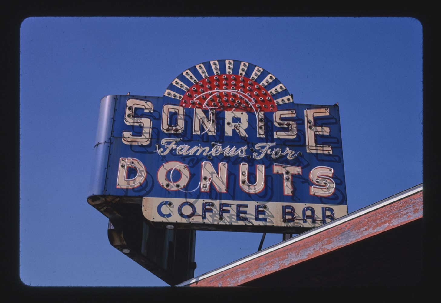 Sunrise [i.e. Sonrise] Donuts neon sign, Springfield, Illinois. Photo by John Margolies, 2003. //hdl.loc.gov/loc.pnp/mrg.07723