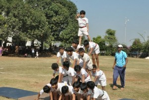 By ANKDADA007 / Human_pyramid_by_little_kids [CC BY 1.0], via Wikimedia Commons.